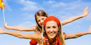 Mama con hija al aire libre
