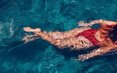 Chica nadando 400x250 Vacaciones Singles