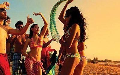 chicos bailando en la playa 400x250 Vacaciones Singles