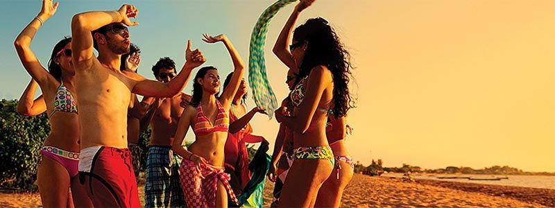 chicos bailando en la playa Cruceros Singles