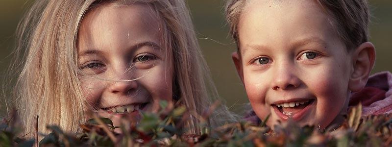 niños riendo Castillos y cuevas en Sierras Subbéticas con niños