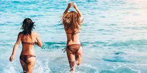 Chicas disfrutando del Mar