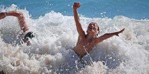 Niños jugando en las olas