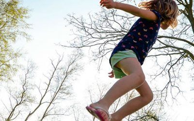 Nena saltando 400x250 Vacaciones Singles