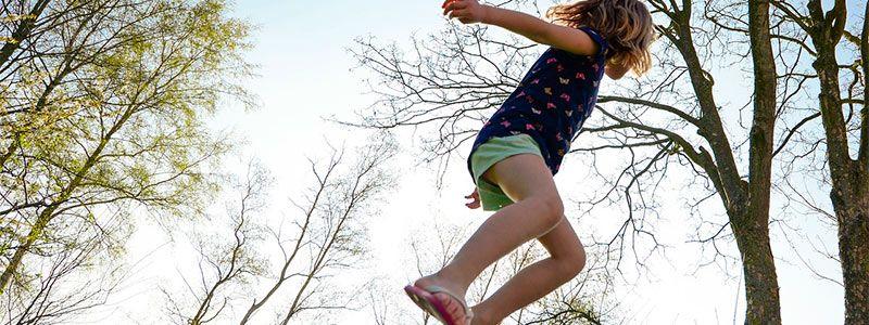 Nena saltando Singles con Niños