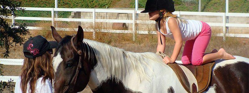 niña caballo Verano monoparental en Sierra de Cádiz