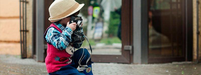 niño haciendo fotos Puente de Diciembre Monoparental a Salamanca