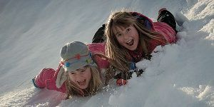 niños riendo nieve 300x150 Puente del Pilar con Niños en Alicante