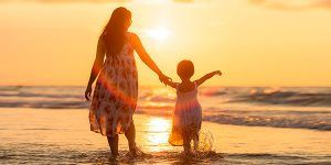 Madre e hija en el Mar