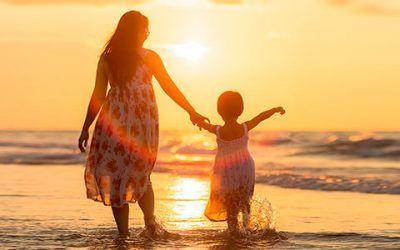 Madre e Hija en Mar 400x250 Vacaciones Singles