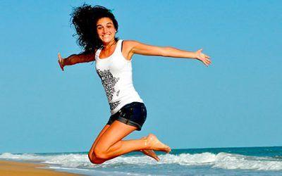 chica saltando playa 400x250 Vacaciones Singles