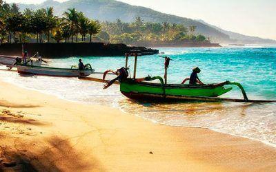 Playa de Bali con pescadores 400x250 Vacaciones Singles