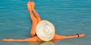 Chica en el Mar Muerto
