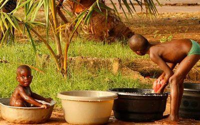 Niños aseándose África 400x250 Vacaciones Singles