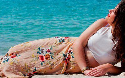 chica tomando sol en arena 400x250 Vacaciones Singles