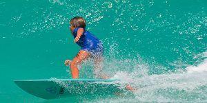 Niño haciendo Surf