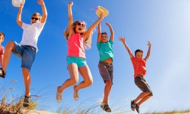 Ninos saltando dunas 1250X500 627x376 Singles con Niños