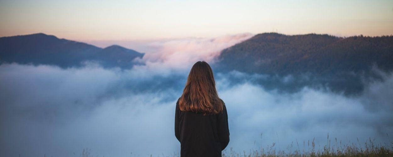 Adolescente sobre las nubes